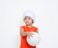 La niña está sosteniendo la bola imagenes de archivo