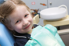 La niña examinada en la clínica dental Fotografía de archivo libre de regalías