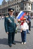 La niña felicita al veterano de la guerra Fotografía de archivo