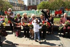 La niña felicita a veteranos de la guerra Imagen de archivo libre de regalías