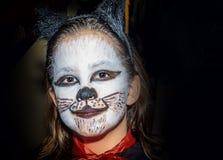 La niña feliz con el gato del gatito compone Fotografía de archivo