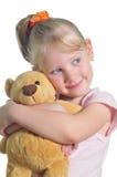 La niña feliz con peluche-lleva Imagen de archivo