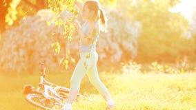 La niña feliz está bailando en el prado en el día risueno brillante almacen de metraje de vídeo