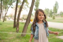 La niña feliz está celebrando su cumpleaños Imagenes de archivo