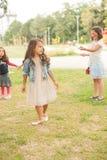 La niña feliz está celebrando su cumpleaños Fotos de archivo