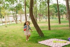 La niña feliz está celebrando su cumpleaños Fotografía de archivo