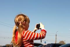La niña fotografió la escena urbana imagen de archivo