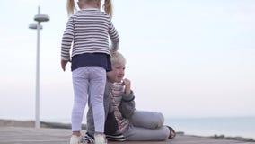 La niña frota ligeramente la cabeza del muchacho almacen de metraje de vídeo