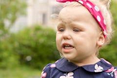 La niña gritaba. Imagen de archivo libre de regalías