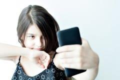 La niña hace el selfie imagen de archivo