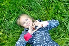La niña hace la forma del gesto del corazón Fotos de archivo