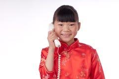La niña hace una llamada de teléfono Imágenes de archivo libres de regalías
