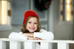 La niña hermosa celebra la Navidad Días de fiesta del ` s del Año Nuevo Muchacha feliz en un traje de la Navidad con el regalo Foto de archivo libre de regalías