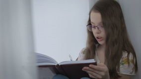 La niña hermosa con los vidrios se dicta y escribió en diario metrajes