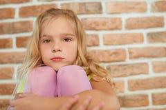 La niña hermosa está triste imagenes de archivo
