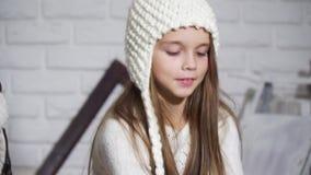 La niña hermosa moldea nieve artificial de la nieve almacen de metraje de vídeo