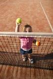 La niña juega a tenis Fotografía de archivo