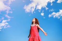 La niña la cerró los ojos y respira el aire fresco fotos de archivo libres de regalías