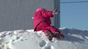 La niña le gusta divertirse en invierno almacen de metraje de vídeo