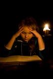 La niña lee el libro Foto de archivo libre de regalías