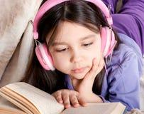 La niña leyó un libro fotos de archivo