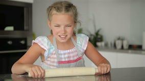 La niña linda ayuda a cocinar Ella ` s la señora de la cocina El cocinar le trae mucha diversión almacen de metraje de vídeo