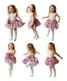 La niña linda canta la canción y está bailando aisló en el CCB blanco Imagenes de archivo