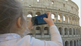 La niña linda con los padres toma las fotos de las vistas de la ciudad almacen de metraje de vídeo