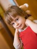 La niña linda con peluche-lleva Fotos de archivo libres de regalías