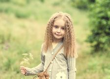 La niña linda está caminando en verano fotos de archivo