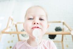 La niña linda juega con las burbujas de jabón fotografía de archivo libre de regalías