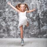 La niña linda salta Imagenes de archivo