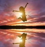 La niña linda salta Foto de archivo