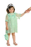 La niña lleva a cabo una mano de la madre imagen de archivo libre de regalías
