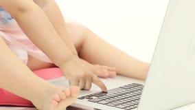 La niña mecanografía el texto en el teclado Fondo blanco Cierre para arriba almacen de video