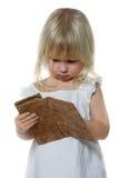 La niña mira en monedero Fotos de archivo libres de regalías