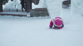 La niña monta rápidamente en la diapositiva del hielo almacen de video