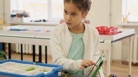 La niña muestra en su ipad la construcción plástica nessesary para la cámara lenta de la lección educativa almacen de metraje de vídeo
