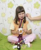 La niña no quiere ser tratada Fotografía de archivo