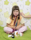 La niña no quiere ser tratada Imagen de archivo libre de regalías