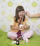 La niña no quiere ser tratada Imagenes de archivo