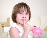 La niña oculta su dinero Imagenes de archivo