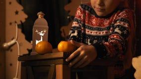 La niña pensativa escribe una letra a Papá Noel en la cámara lenta almacen de metraje de vídeo