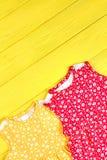 La niña pequeña coloreó los vestidos modelados Imagenes de archivo