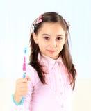 Thegirl que cepilla sus dientes. Imagen de archivo