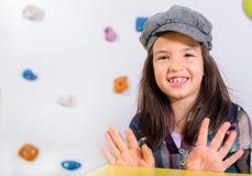 La niña que presenta en una sala de juegos Imagen de archivo
