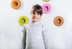 La niña que presenta en una sala de juegos Foto de archivo