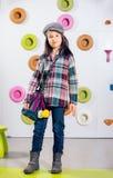 La niña que presenta en una sala de juegos fotos de archivo libres de regalías