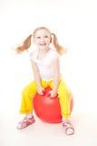 La niña que salta en bola gimnástica Imagenes de archivo