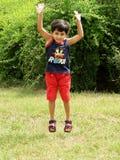 La niña que salta para arriba Foto de archivo libre de regalías